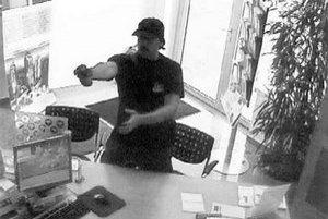 Banku na Námestí sv. Františka včera o 11.22 prepadol muž,ktorý ulúpil vyše stotisíc. Prepad trval asi 40 sekúnd.