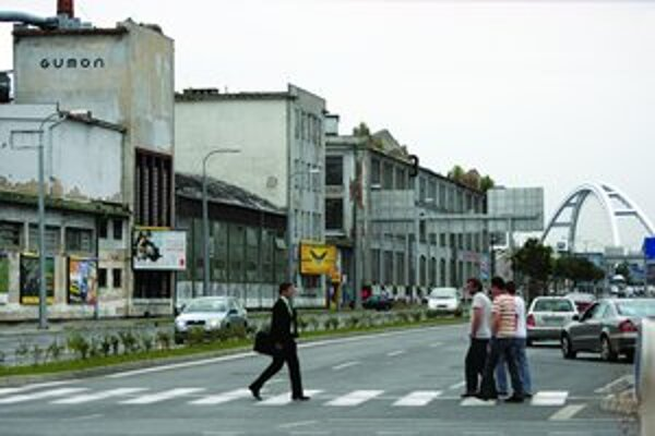 Továreň má pozastavenú výrobu, na jej mieste a v okolí má stáť polyfunkčné centrum Klingerka.