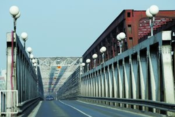 Starý most je široký 18 metrov, vystrieda ho most s dvojnásobnou šírkou.