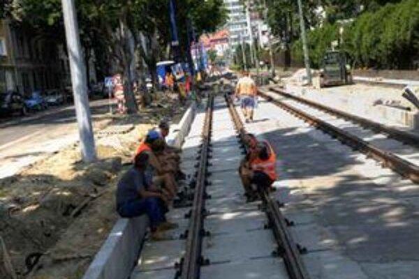Mesto sľubuje, že na Záhradníckej už od prvého septembra budú premávať električky. Zatiaľ vraj práce pokračujú v naplánovaných termínoch. Položili už koľajnice v úseku od Jégého po Miletičovu a od Jégého po Líščie nivy.