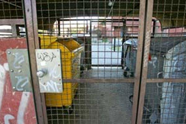 Petržalka na kopy odpadu pri kontajneroch reagovala ponukou dotácie na uzamykateľné stojiská. Projekt, ktorý bezplatne môžu využiť správcovia domov, ráta aj s riešením odomykania. Pracovníkom spoločnosti OLO by malo stačiť niekoľko univerzálnych kľúčov.