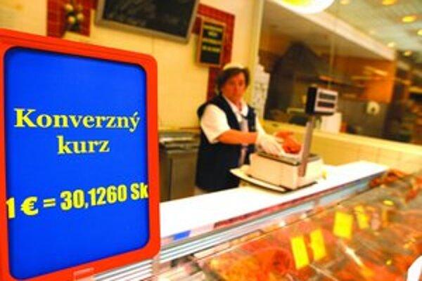 Obchody v Bratislave už majú duálne ceny. Od polovice januára bude všetko len v eurách.