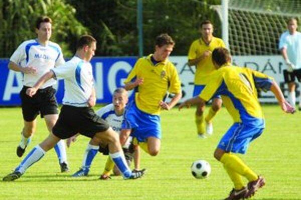 Hráči FC Ružinov (v žlto-modrom) dokázali v oslabení zvrátiť vývoj zápasu 2. kola III. ligy v Čunove a zdolali domáci tím 2:1.