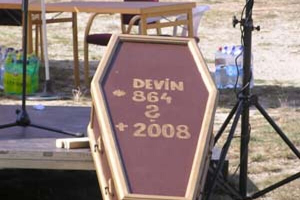 Symbolickú rakvu Devína zaniesli na dvor miestneho úradu.