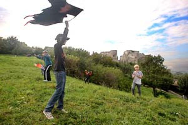 Nad veterným hradným kopcom v Devíne sa v sobotu vznášalo veľa šarkanov.
