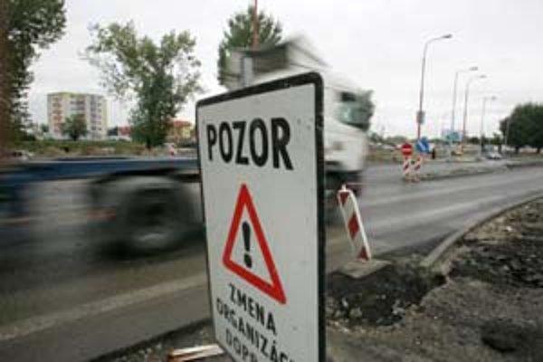 Zložitú križovatku Hradská – Ráztočná – Podunajská – Dvojkrížna prerábajú na kruhovú, predtým bola jedným z kolíznych bodov v meste.