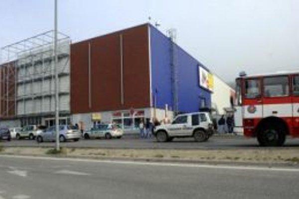 Dnes predpoludním neznámy muž ohlásil v bratislavskom hypermarkete bombu.