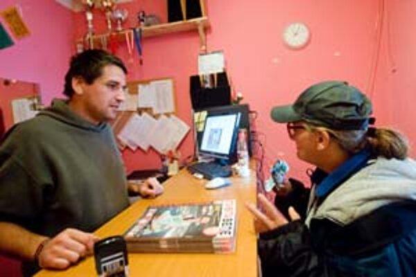 Bezdomovci si do výdajne prichádzajú po časopisy, môžu sa poradiť so sociálnymi pracovníkmi aj s právnikom.