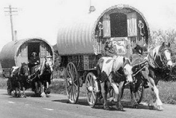 """Od roku 1927 museli mať kočujúce osoby tzv. """"cigánsku legitimáciu""""."""