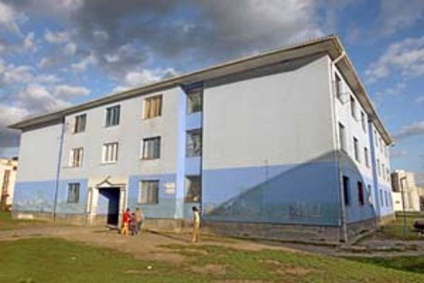 Modrý dom na Čapajevovej ulici je od zvyšku sídliska izolovaný starou elektrárňou a areálom školy. Je známy pre drogy a sociálne problémy. Časť nájomníkov chce, aby sa situácia zlepšila.