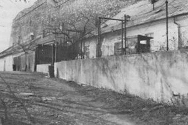 Ulica Vodný vrch, domy pod hradným múrom.