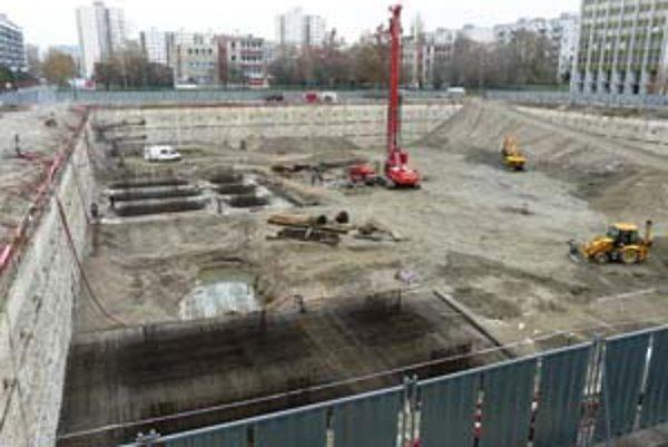 Stavenisko Retra je oplotené. Investor vraj postupuje podľa plánu, zo spodnej vody vzniklo na stavbe jazierko. Nezvýšené Retro by malo byť hotové na jar 2010.