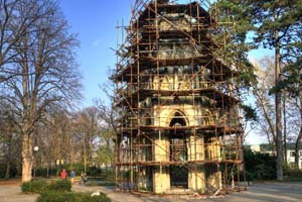 Na veži sa zatiaľ len upevňovali uvoľnené časti. Práce by mali pokračovať po zime, keď sa oteplí.