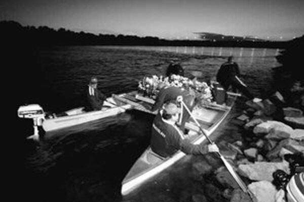 Na hladinu kajakári z klubu Telovýchovná jednota Tatran Karlova Ves spustili veniec na pamiatku mŕtvych alebo nájdených vo vodách rieky. Na spomienku prišlo niekoľko ľudí, ktorým blízki alebo známi zahynuli v Dunaji.
