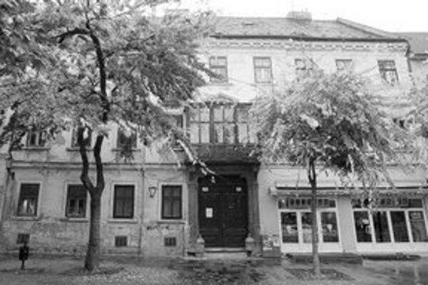 Budova na Hviezdoslavovom námestí 16 má nového majiteľa – firmu Tera Trade. Obyvatelia bytov v dome tvrdia, že im hrozí strata bývania.