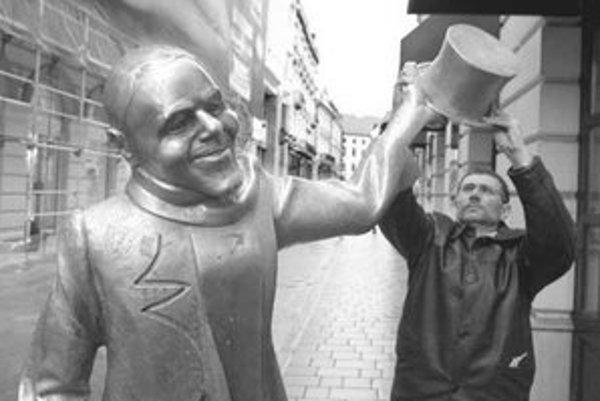Pavol Siman našiel klobúk Schöne Náciho na Špitálskej ulici. Včera si za to prebral poukaz na 50-tisíc korún. »FOTO SME – PAVOL FUNTÁL