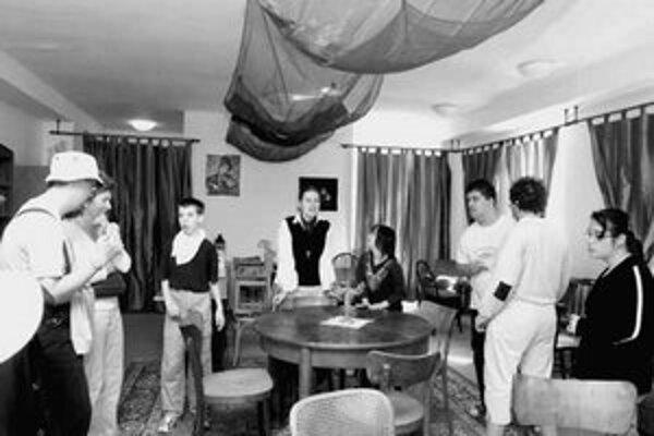 Nábytok do kaviarne upravili v stolárskej dielni klienti centra Lepší svet.