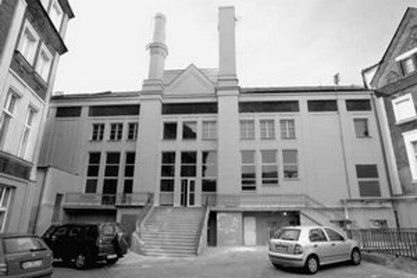 Stavebné práce na objekte kultúrnej pamiatky YMCA nie sú povolené – potvrdil to už aj stavebný dohľad. Firma, ktorá si priestory v budove prenajíma, tu okenné výplne vymenila za plastové a zamurovala časť parapetu. »FOTO SME – PAVOL FUNTÁL