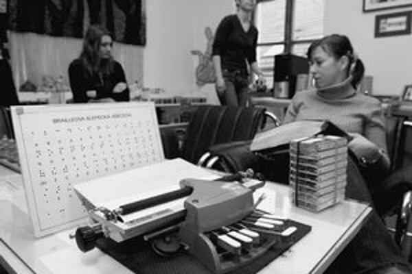 Nevidiaci si z knižnice požičiavajú zvukové knihy, používať tam môžu aj Pichtov písací stroj a iné pomôcky.