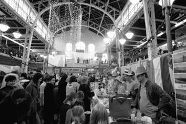 Počas dobročinného Vianočného bazára sa Stará tržnica opäť zaplnila kulinárskymi špecialitami a suvenírmi z rôznych krajín. Ako každý rok bol záujem veľký.