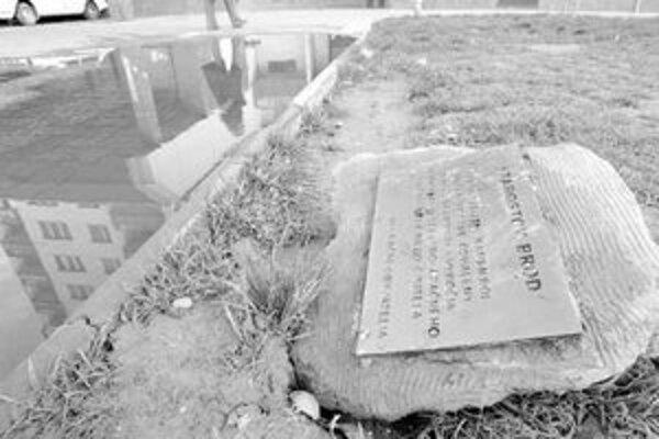 Pamätnú tabuľu pri kanalizačnom vpuste dal obyvateľ domu osadiť zo zúfalstva.