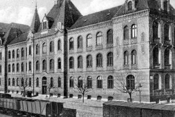 Budova, ktorá po dokončení v roku 1928 patrila Strednej priemyselnej škole. Dnes patrí Národnému múzeu. Pred školou vidno zaparkované osobné auto, ktorých vtedy jazdilo po Bratislave len zopár.