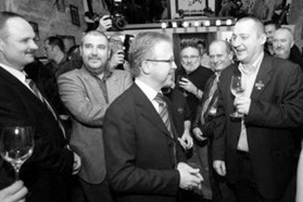 Znovuzvolenému primátorovi Andrejovi Ďurkovskému gratulovali v sobotu v noci aj jeho spolupracovníci a mestskí poslanci. Na podporu zastupiteľstva sa bude môcť spoľahnúť aj ďalšie štyri roky – jeho koalícia tu má veľkú väčšinu.