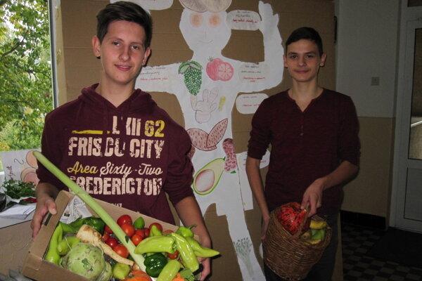 Luboš (vľavo) s Jozefom pripravili prezentáciu o skladovaní ovocia a zeleniny.