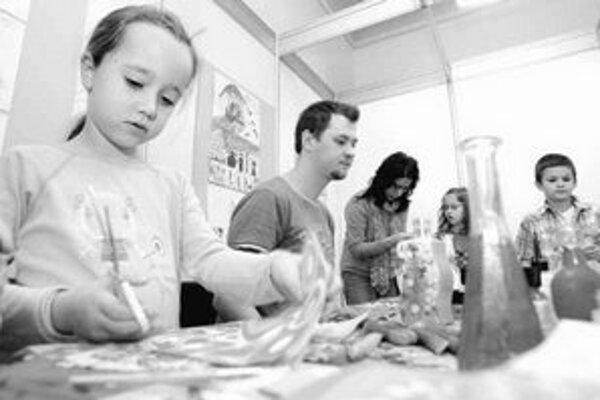 V sobotu sa začali v Primaciálnom paláci tradičné detské vianočné dielne. Deti tu maľujú na sklo, zdobia perníky, vyrábajú sviečky a vypaľujú vzory do drevených lopárikov.