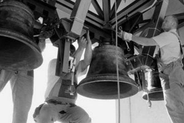 Tri nové zvony pribudli pred troma mesiacmi na veži Kostola sv. Vincenta v Ružinove. Zvonia pri bohoslužbách, ale bijú aj každú štvrťhodinu, čas sa riadi podľa družice.