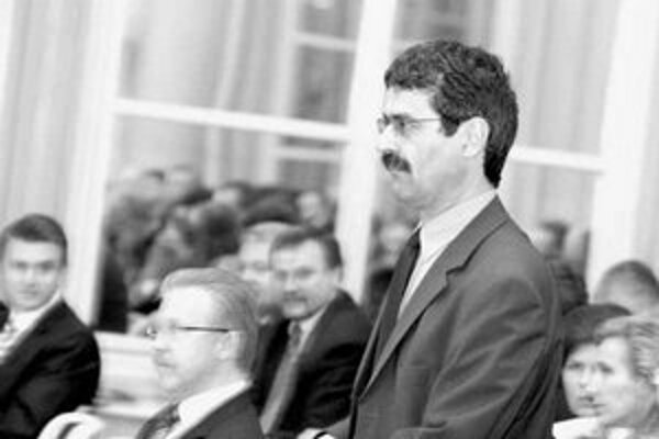 Starosta Petržalky Milan Ftáčnik, ktorý je v súčasnosti aj mestským poslancom, pri preberaní osvedčenia o zvolení do mestského zastupiteľstva. V pozadí primátor Andrej Ďurkovský.