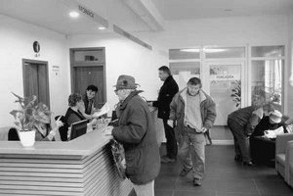 Na daňové pracovisko na Bazovej ulici stále chodia klienti. Najväčší nával mesto očakáva ku koncu mesiaca.
