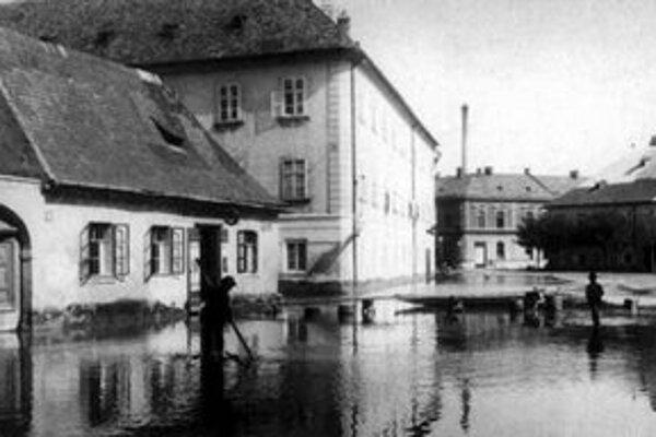 Kvalitné fotografie z veľkej povodne v septembri 1899, ktorá zaliala aj Medenú ulicu, sú dielom arcikňažnej Isabelly.