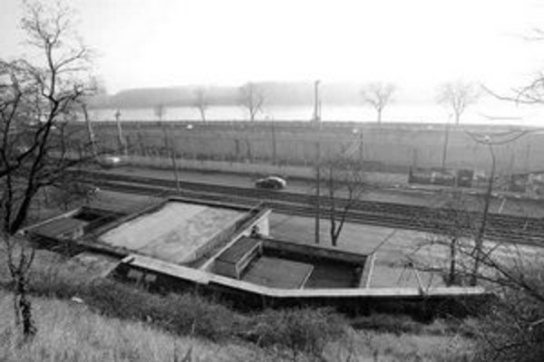 Jama na nábreží je hlboká asi 15 metrov a slúži aj na vybudovanie garaží budúceho River Parku.