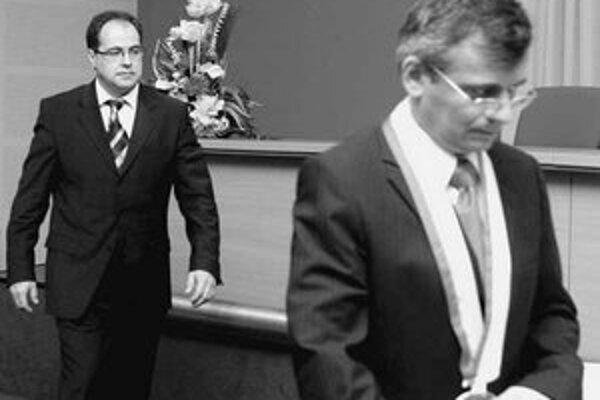 Starosta Ružinova Slavomír Drozd (Smer) včera prerušil už tretie rokovanie poslancov za sebou. Na vine je nedohoda medzi politickými stranami.