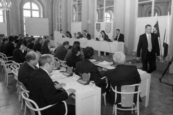 Vedenie mesta včera presadilo dva kľúčové návrhy – deľbu daní s mestskými časťami a rozpočet. Na snímke vidno odchádzajúceho námestníka pre financie Milana Cíleka, v popredí sedia opoziční poslanci Matej Landl, František Dej a Milan Ftáčnik.
