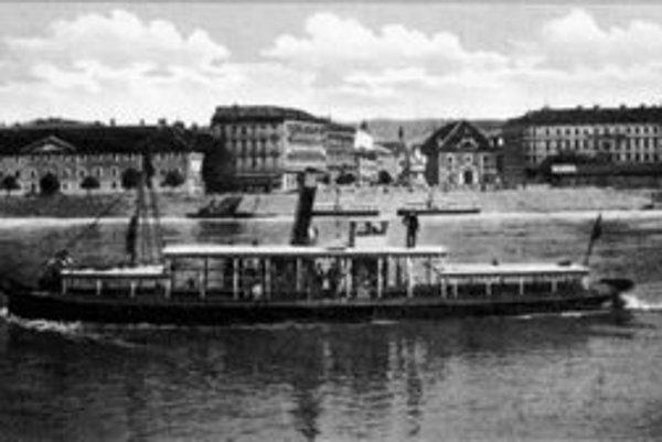 Na snímke vidieť pomník Márie Terézie, ktorý na Námestí korunovačného pahorka postavili v roku 1897. Za pomníkom ešte stále stojí tereziánska sýpka, vľavo vpredu Vodné kasárne.