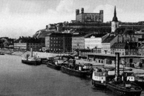 Nábrežie Dunaja pred rokom 1916. Parolode na pohľadnici dokazujú, že Prešporok mal frekventovaný prístav.