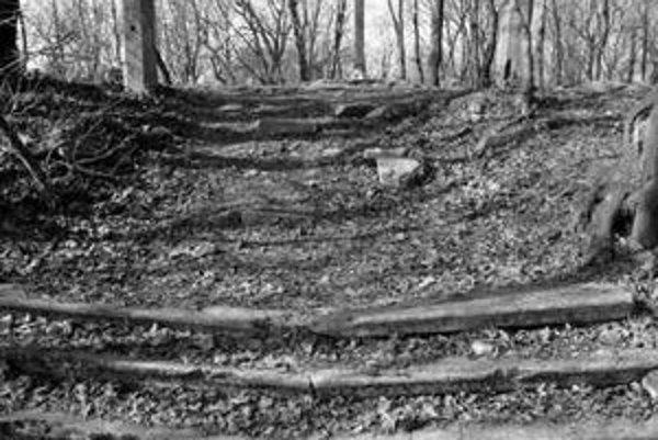 Z pôvodných stavieb zostali na Kalvárii zachované len niektoré základy a torzo jedného zo zastavení.