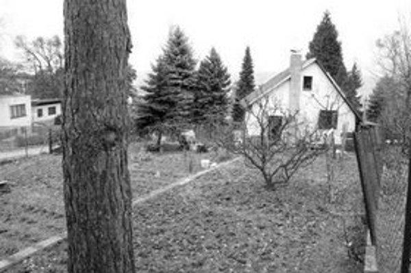 V záhradkárskej Tavaríkovej osade sa už roky stavajú načierno domy s tým, že sú to chatky.