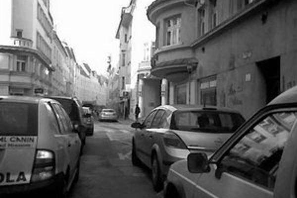 Kolóna áut na Grösslingovej čaká, kým cestu uvoľní smetiarske auto.