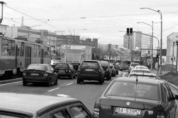"""Od Račianskeho mýta po križovatku pri """"kukurici"""" by šoféri museli ísť minimálne osemdesiatkou, aby ešte prešli na zelenú. Pri šesťdesiatkilometrovej rýchlosti už z diaľky vidia, ako naskočila červená."""