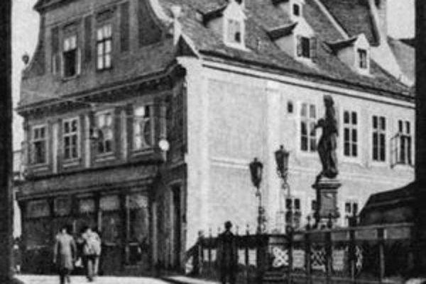 V malebnom dome na hrane mestskej priekopy sa nachádzal hostinec Schmidt Hansl. Na jeho mieste postavil v rokoch 1929 – 1931 veľkopodnikateľ Baťa obchodný dom.