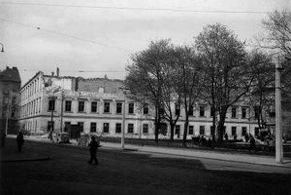 Počas stredoveku boli na mieste dnešného námestia záhrady ostrova Grössling. Neskôr po vysušení dunajských ramien sa sem rozšírila zástavba južného predmestia, ktorá bola upravená v deväťdesiatych rokoch 19. storočia. Stalo sa tak pre výstavbu nového žele