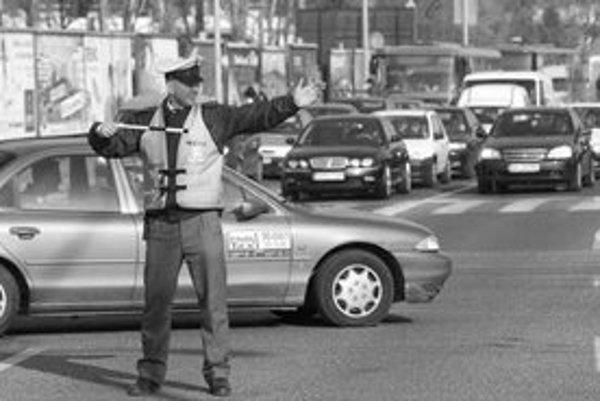 Šesť veľkých križovatiek v meste včera krátko pred ôsmou zostalo bez semaforov. Polícia ihneď na miesta vyslala regulovčíkov, kým však dorazili, vznikol chaos.