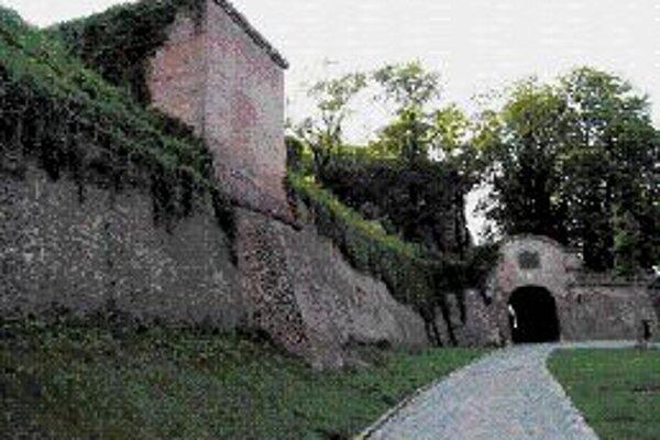 Hrad ŠpilberkHrad založil český kráľ Přemysl Otakar II. okolo polovice 13. storočia na skalnatom ostrohu, týčiacom sa nad historickým centrom Brna. Špilberk tak už viac ako sedem storočí vytvára výraznú dominantu mesta. V priebehu storočí sa jeho význam