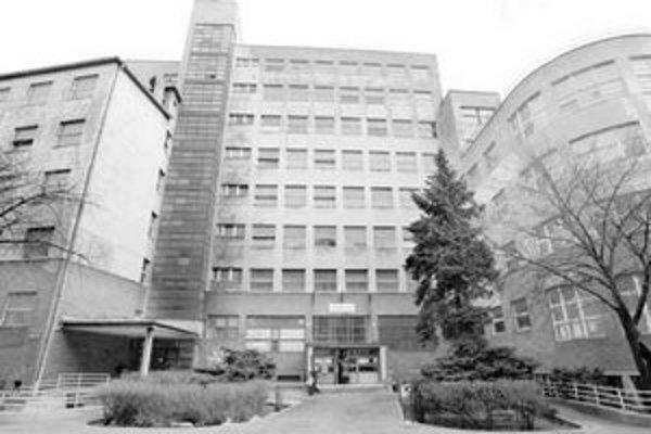 Ministerstvo spravodlivosti chce využiť budovu polikliniky a nemocnice na Bezručovej pre potreby súdnictva. Zámer by však museli schváliť aj mestskí poslanci a na zmenu účelu by najprv museli schváliť aj zmenu územného plánu.