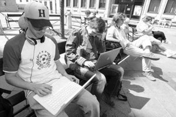 Jeden z wi fi bodov je na Primaciálnom námestí. K surfovaniu po internete stačí notebook a pohodlná lavička.