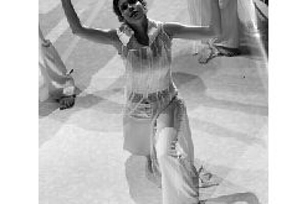 Tanečné divadlo ATak pripravilo nové predstavenie s názvom (v)RAJ. Hovorí o rodine stojacej na pokraji rozkladu. Otec, matka a dve deti. Každý vo svojom svete, vo vlastnom labyrinte. Anjeli strážni majú napraviť situáciu. Na splnenie svojho poslania použ