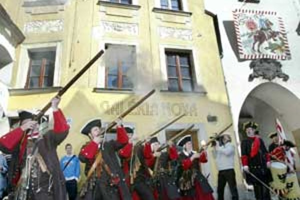 Slávnostnou salvou z muškiet ukončili ozbrojenci ceremóniu odpečatenia Michalskej brány. Mestskí hodnostári pozvali do Bratislavy všetkých pútnikov a návštevníkov.